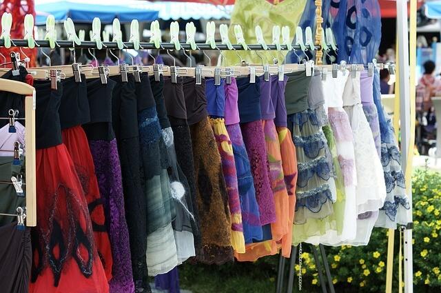 różne typy kolorowych sukienek