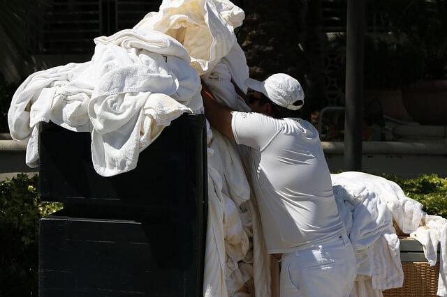 Jak prać białe ubrania? Domowe sposoby