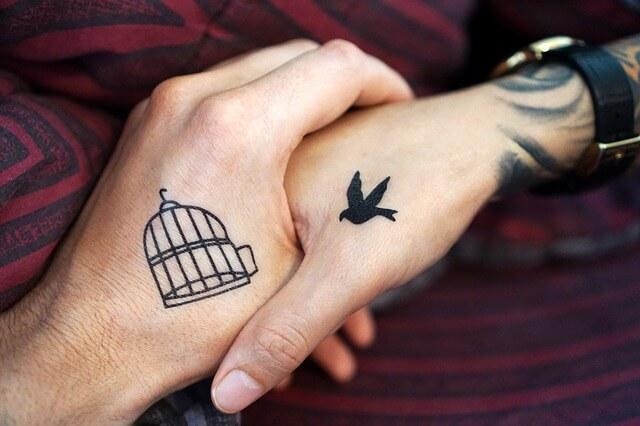 Delikatny tatuaż na dłoni
