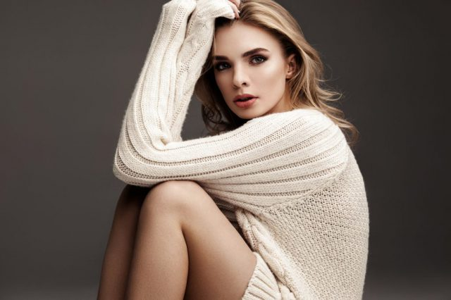 Bluzka długi rękaw vs sweter damski – co na chłodniejsze dni?